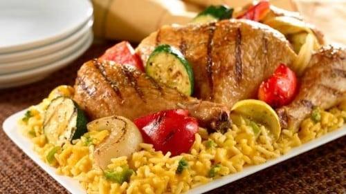 Pollo y Vegetales Asados Sobre Arroz
