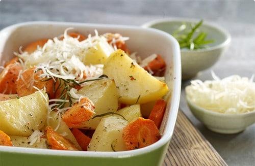 Patatas al queso con zanahorias y romero