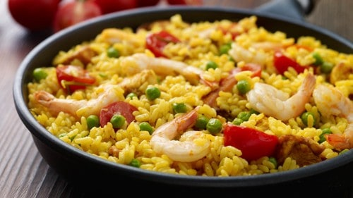 Paella de pollo y langostinos sencilla