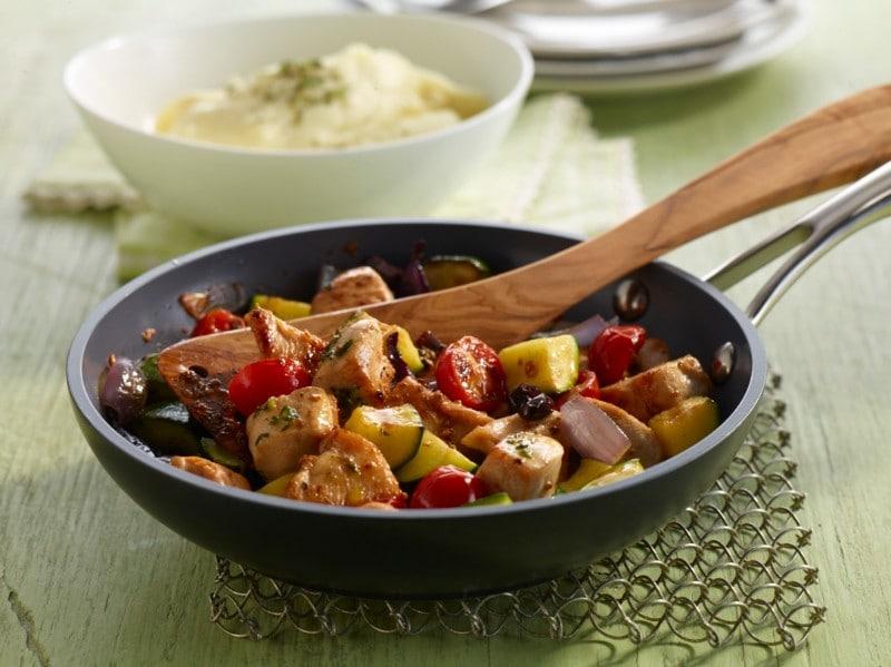 Knorr - Mediterrane Pfanne mit Huhn, Kirschtomaten, Zucchini und Oliven