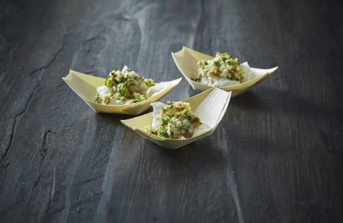 Salat af rå blomkål og broccoli med sort hvidløgsmayo
