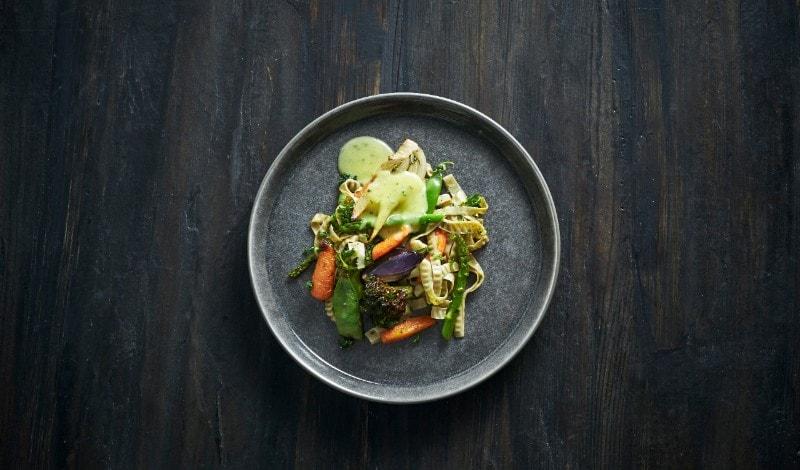 Bagte grøntsager, sojabønne fettuccine og béarnaise