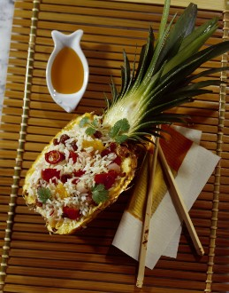 Knorr - Gebratener Reis mit Peperoni, Shrimps und Korinthen in Ananas