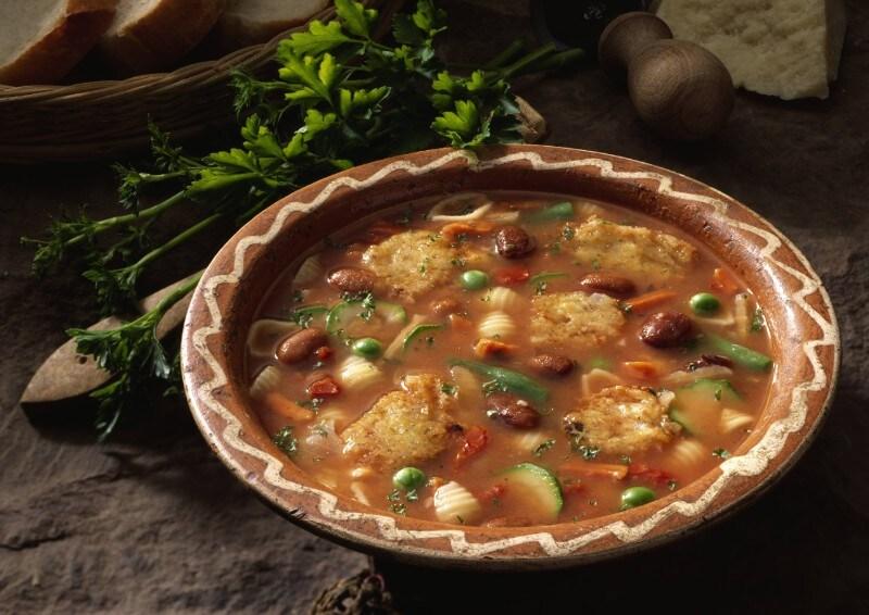 Knorr - Italienischer Gemüsetopf mit Zucchetti, Rüebli, Erbsen und Bohnen mit Käse-Püfferchen