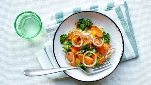 Salade orientale tiède au millet, carottes rôties au four et chou frisé