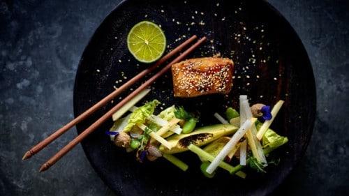 Gelakte zeeduivel met witte rammenas en komkommer