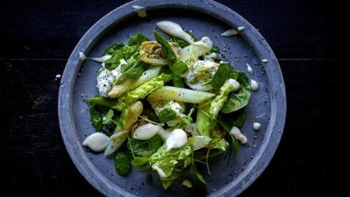 Salade d'artichauts, jeunes pousses d'épinards et d'asperges vertes
