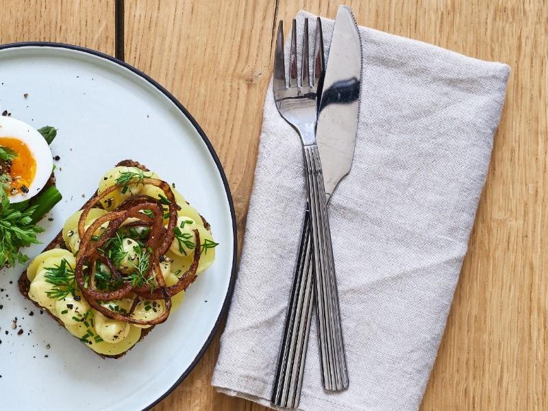 Klimavenligt smørrebrød med kartofler, hjemmeristede løg og bearnaise-mayo