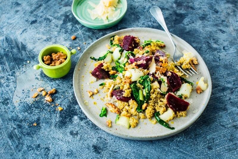 Quinoa con rape rosse, verza e noci
