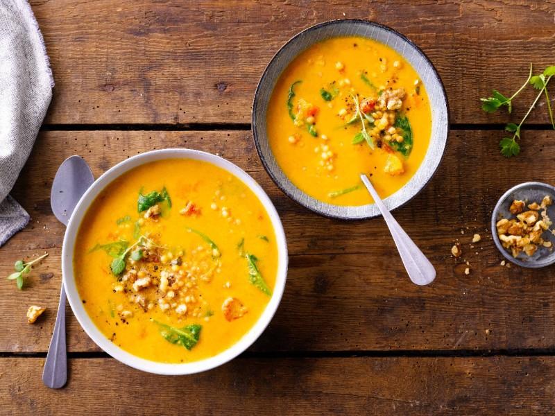 Zuppa di ceci e cereali con carote e spinaci
