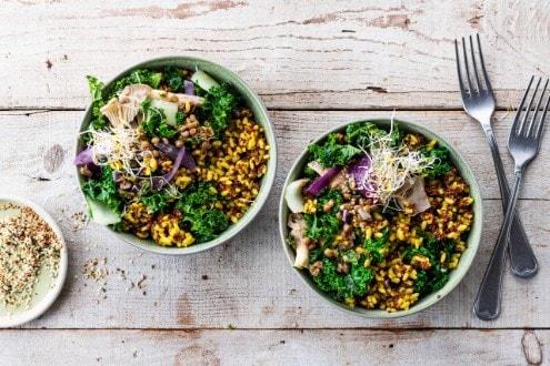 Quinoa rossa e riso allo zafferano con broccoletti e cipolla rossa