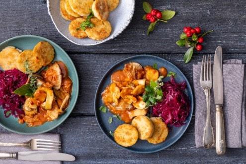 Knorr - Vegetarisches Geschnetzeltes mit Knödeln und Rotkohl