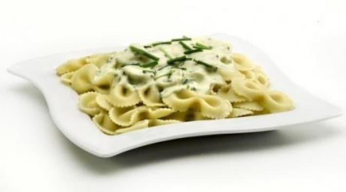 Moños a la salsa de crema y verdeo