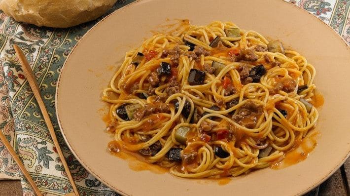Spaghetti con salsa Bolognesa, cubos de berenjena y aceituna...