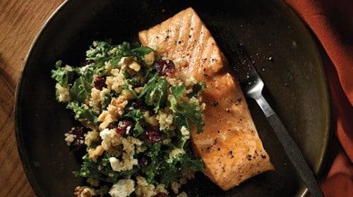 Saumon rôti avec salade de quinoa et chou frisé