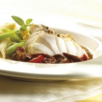 Snel gestoofde visfilet met tomaatjes, penne en snijboontjes