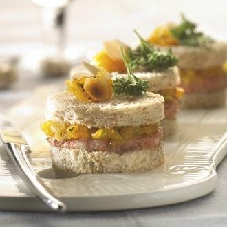 Mini-sandwiches au pâté de gibier et chutney d'abricots