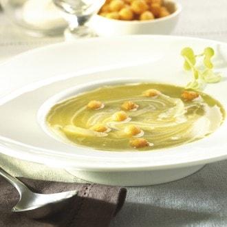 Courgette-uiensoep met verse kaas en zwarte peper