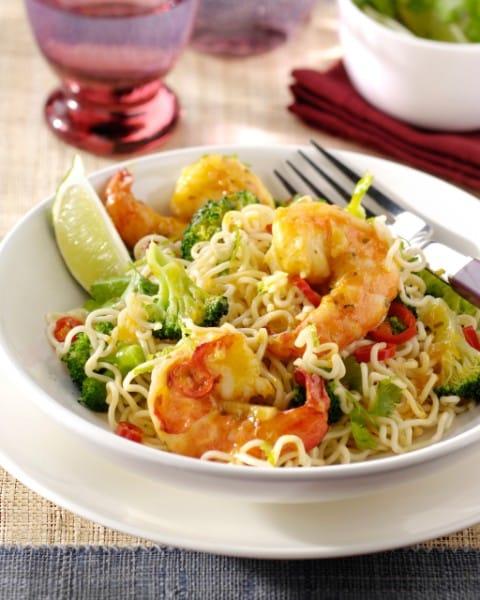 Wok de crevettes aux nouilles, brocoli et coriandre