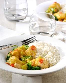Cassolette de poisson orientale, jeunes oignons, brocoli, carottes et riz