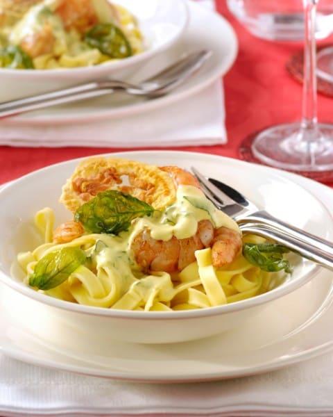 Papardelle met scampis, kerriesaus en knapperige pancetta