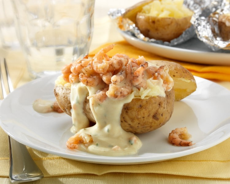 Gepofte aardappelen met grijze garnalen