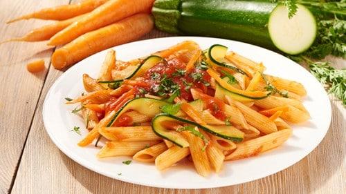 Penne met groenten in tomatensaus