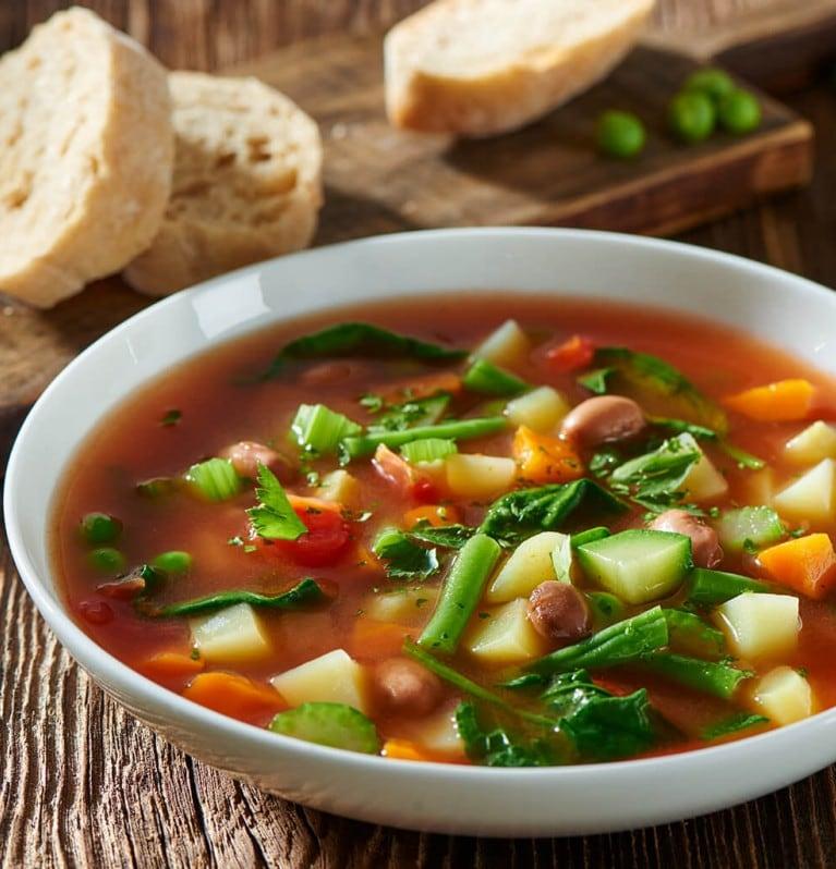 Minestrone - Suppe mit verschiedenen Gemüsesorten auf mediterrane Art
