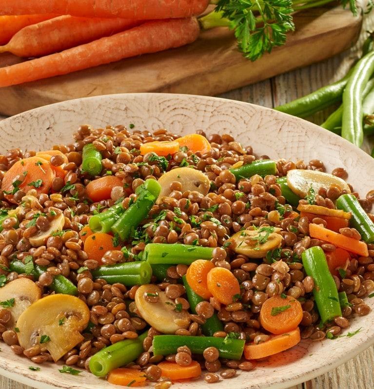 Braune Linsen mit grünen Bohnen, Champignons und Karotten