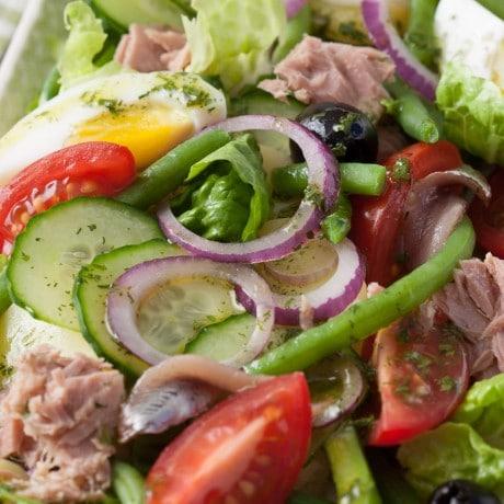 Salade Niçoise mit Thunfisch, grünen Bohnen, Sardellen, Tomaten, roten Zwiebeln, Gurken und gekochten Eiern