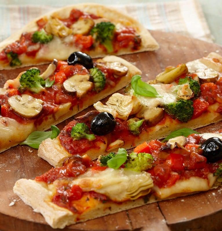 Pizza mit schwarzen Oliven, Brokkoli, Artischocken, Champignons und Tomatensauce
