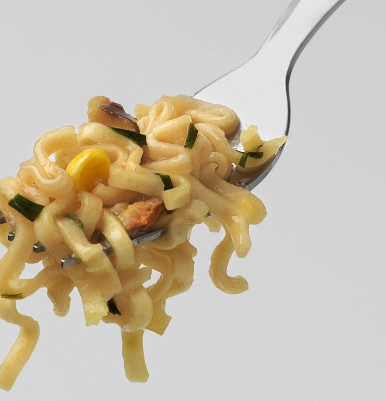 KNORR Snack Becher Asia Nudeln auf Gabel