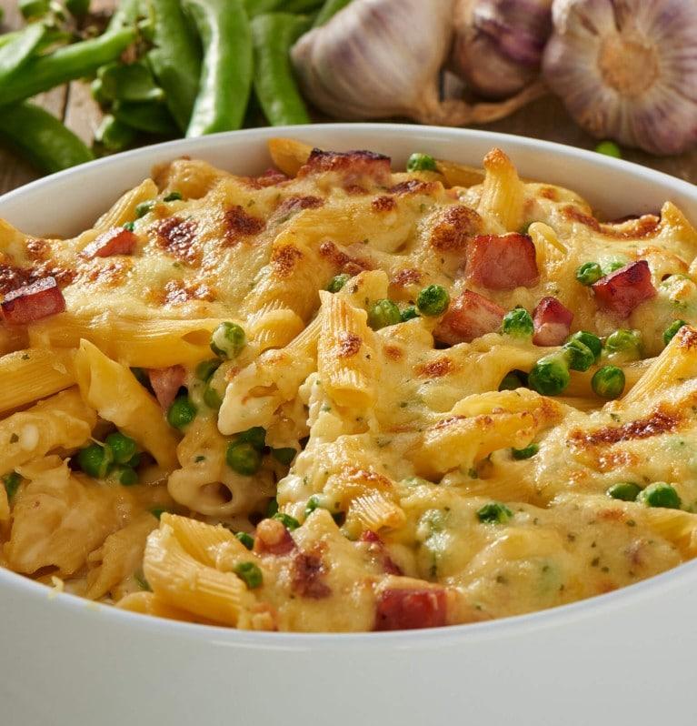 Nudel-Schinken-Auflauf mit Erbsen, Rama Cremefine und Käse