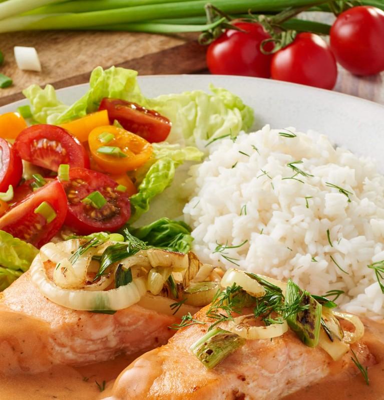 Lachs mit Reis, buntem Salat und Tomatensahne
