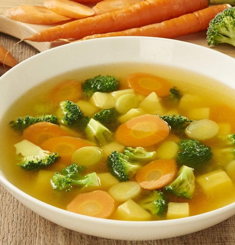Gemüsesuppe mit Kartoffeln, Möhren, Lauch und Brokkoli