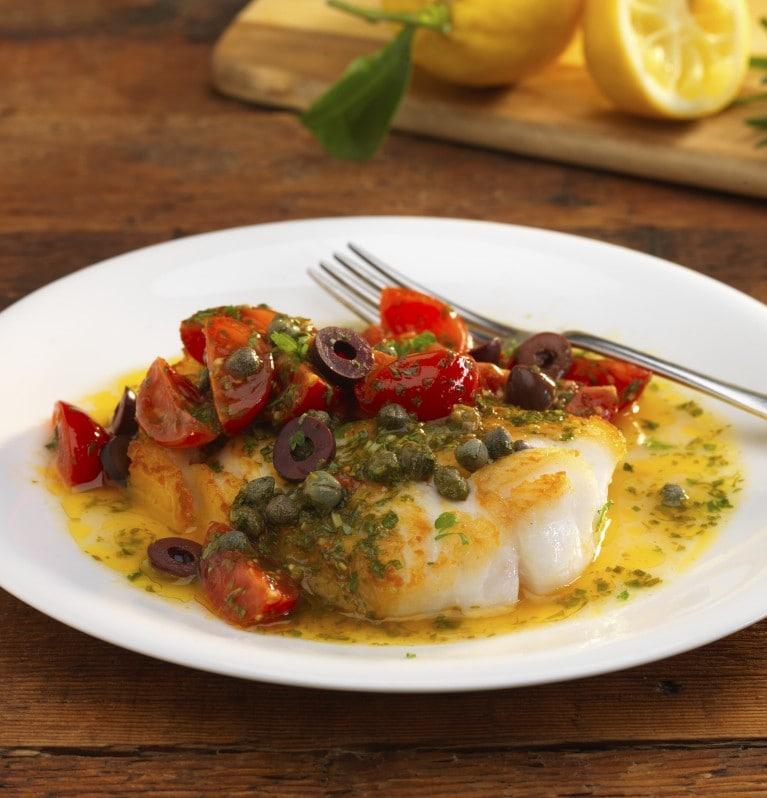 Bacalhau com alecrim, azeitona preta e tomates