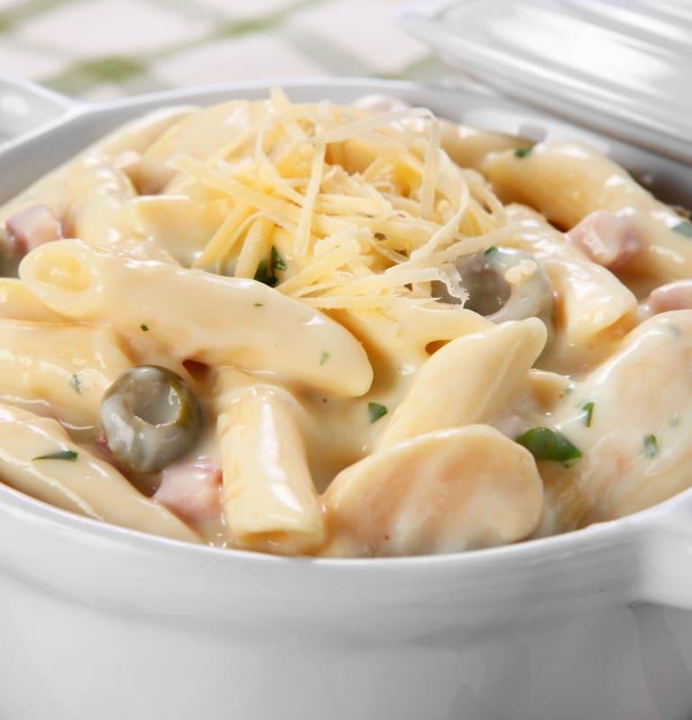 Penne ao molho de queijo temperado com Knorr em tigela branca de cerâmica