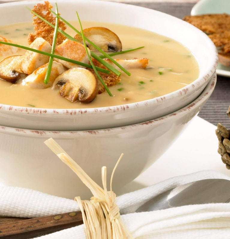Pilzrahmsuppe mit Champignons, Pouletbrust und Schwarzbrotchips